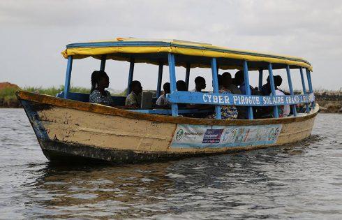 Bénin : Un  cyber flottant apporte l'internet à une zone lacustre
