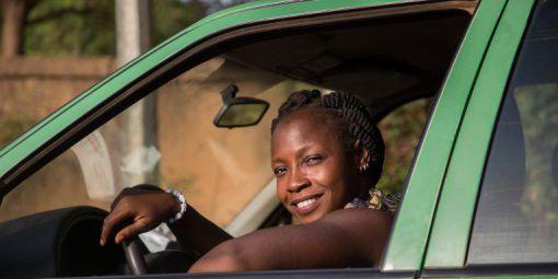 Bibata Gansgné, la seule femme conductrice de taxi au Burkina Faso