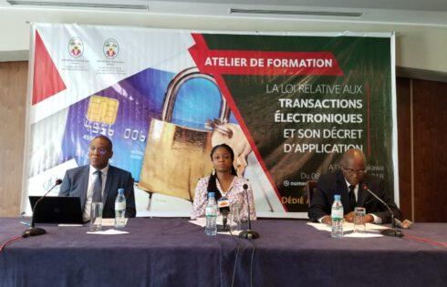 Des Togolais, en formation sur la loi relative aux transactions électroniques