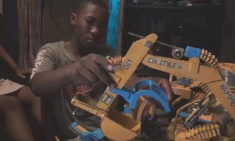 Des bulldozers miniatures créés par un jeune de 16 ans