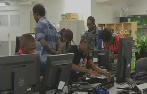 En Australie, des migrants africains apprennent à monter des ordinateurs