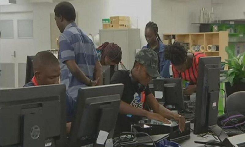 En Australie, des migrants africains apprennent à monter des ordinateurs