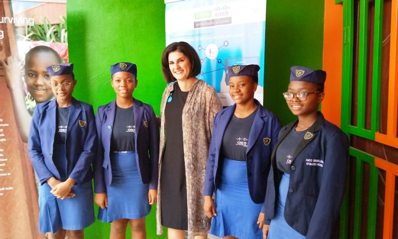 Nigeria : Des étudiantes fabriquent une poubelle intelligente