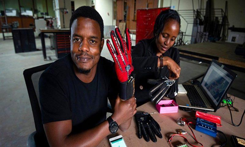 Kenya: Roy Allela invente un gant convertissant le geste en audio