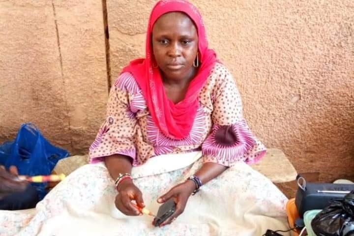 Niger : dame Salamatou s'impose dans la réparation de téléphones portables